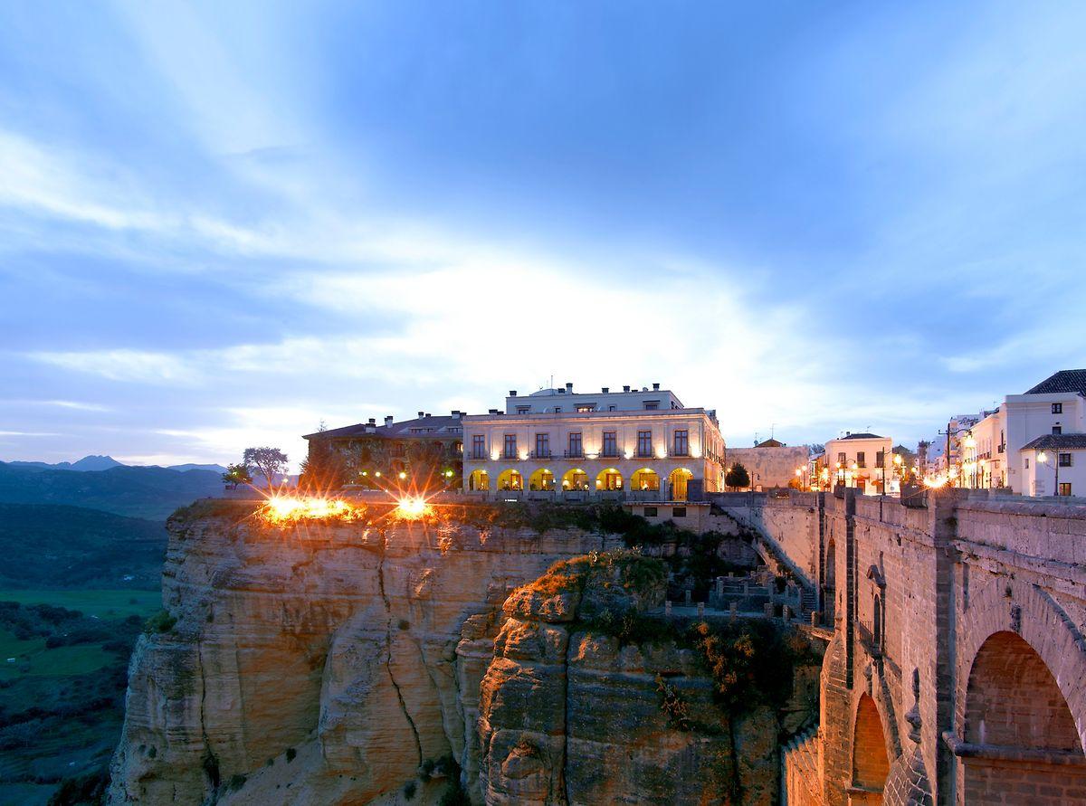 """Nur für Schwindelfreie: Das """"Parador de Ronda"""" liegt direkt an einer 120 Meter tiefen Schlucht."""