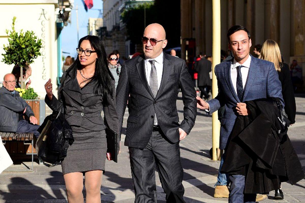 Unternehmer Yorgen Fenech (M.) wurde am Samstag einer Mittäterschaft beschuldigt und angeklagt.