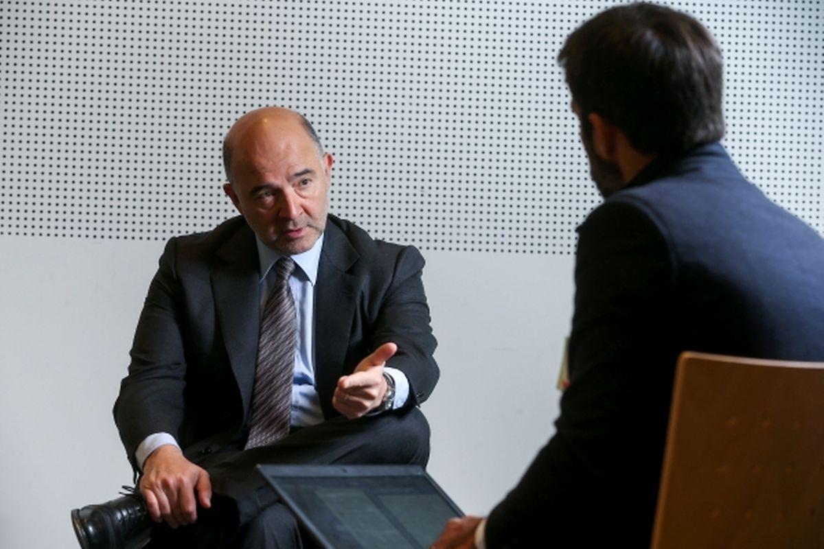 Pierre Moscovici interviewé dans les locaux du nouveau centre de conférences où les réunions du Conseil se tiennent.