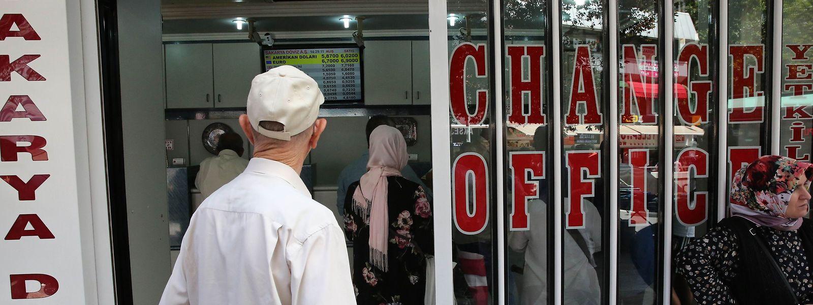 Die türkische Lira ist seit einigen Tagen im freien Fall - Blick auf eine Wechselstube in Ankara.