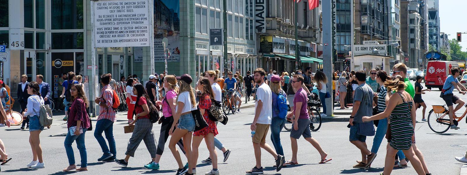 So wie Barcelona, London und Amsterdam kämpft auch Berlin mit einem zu großen Andrang an Touristen.Besonders betroffen sind Hotspots wie der Checkpoint Charlie.
