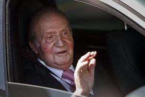 Bei seiner Ankunft im Quiron-Krankenhaus wirkte der Monarch entspannt.