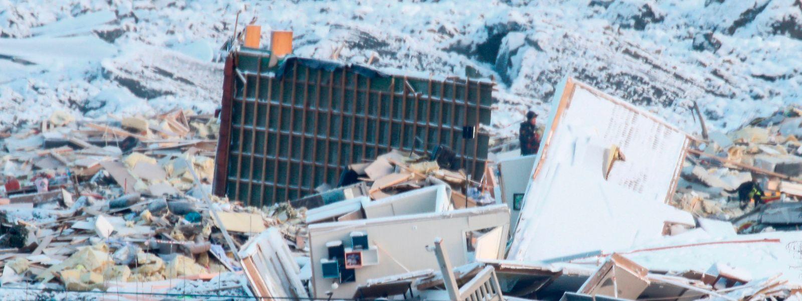 Eine Rettungsmannschaft sucht nach einem Erdrutsch nach vermissten Menschen.