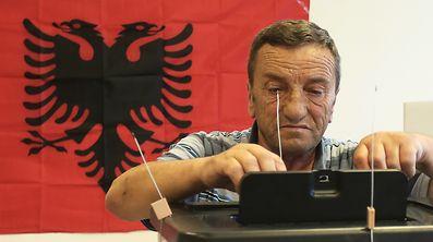 An der Urne: Albanien wählt ein neues Parlament.