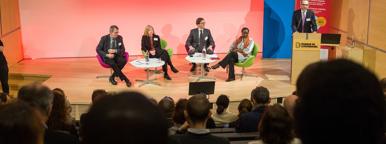 Gerhard Coetzee, Myka Reinsch, Arnaud de Lavalette, Madji Sock (de g. à d.) échangent dans les locaux de la Banque de Luxembourg sur le futur de l'inclusion financière.