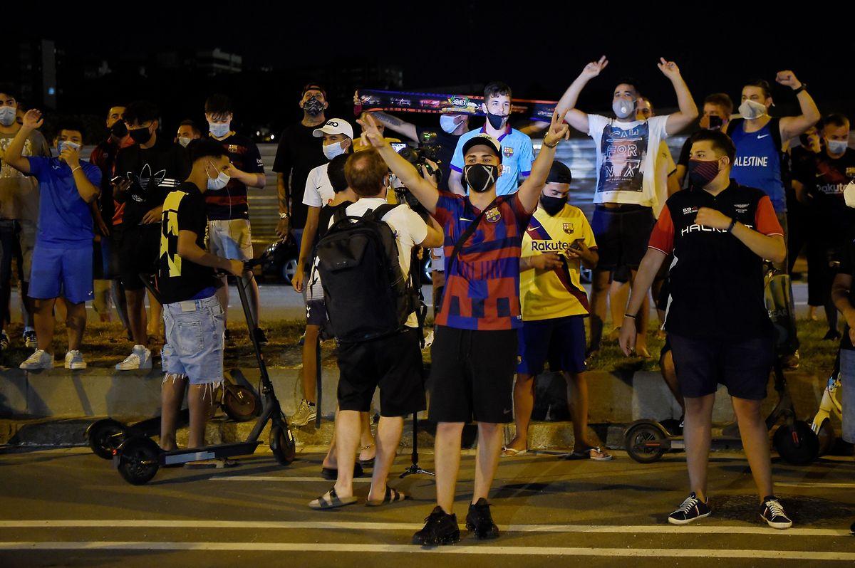 Dès l'annonce des envies de départ de Messi, les socios barcelonais se sont réunis aux abords du Camp Nou pour demander la démission des dirigeants.