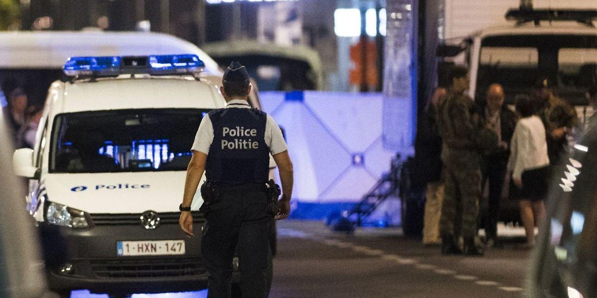 Boulevard Emile Jacqmain à Bruxelles: les policiers quadrillent le terrain.