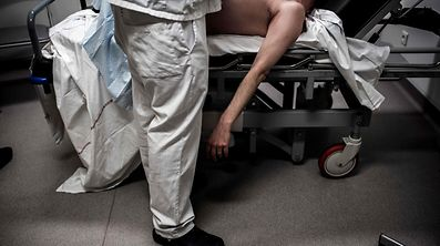 A doctor takes care of a patient, on March 1, 2017 at the emergency department of Lyon's Croix-Rousse hospital.  / AFP PHOTO / JEFF PACHOUD