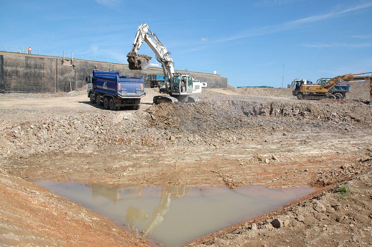 Die Trinkwasseraufbereitungsanlage wird neben dem Wasserbehälter (im Hintergrund) von Eschdorf errichtet.