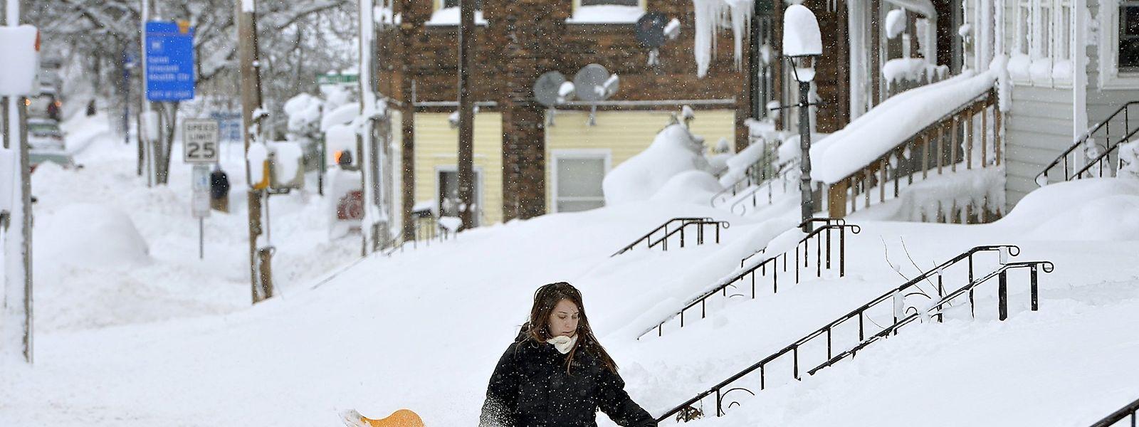 Bis zur Hüfte: Rochelle Carlotti schaufelt in Erie den Schnee vor ihrem Haus weg - ein mühsames Unterfangen.