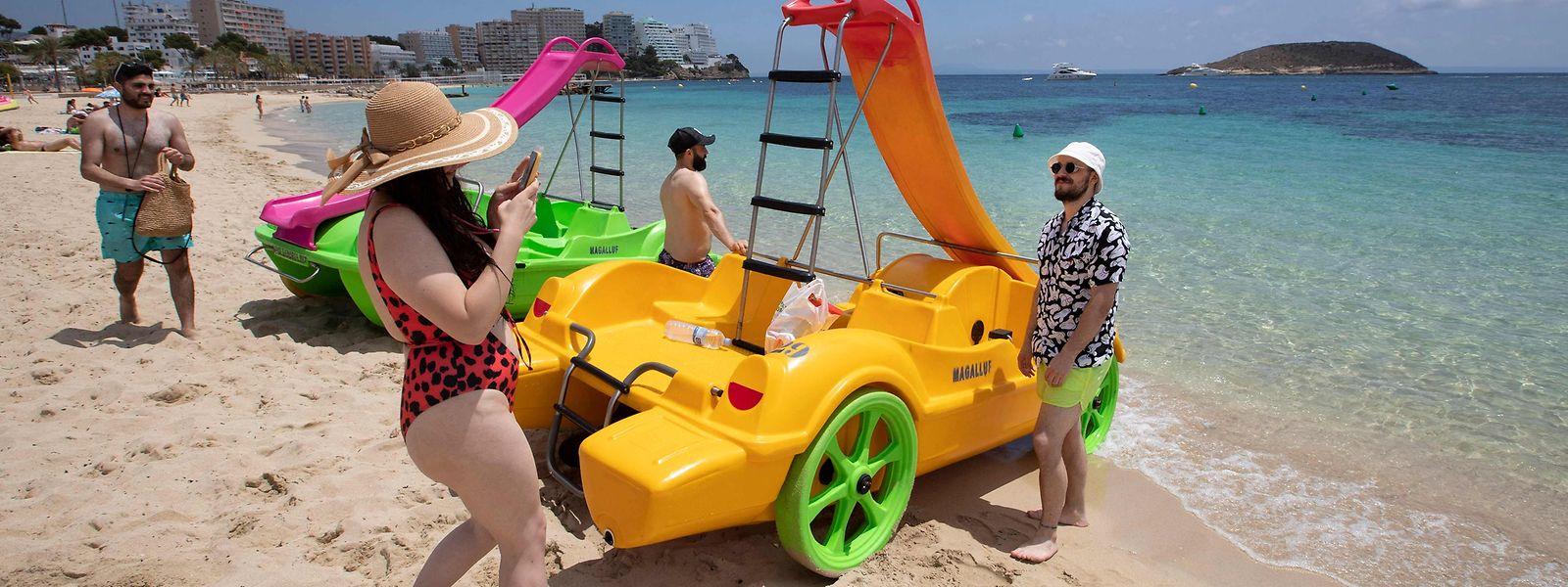 Britische Touristen auf dem Strand von Calvia.