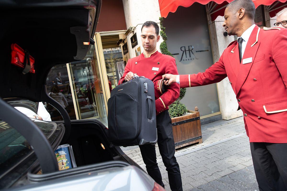 Le chef concierge gère une équipe de 12 personnes: bagagistes, portiers et concierges.