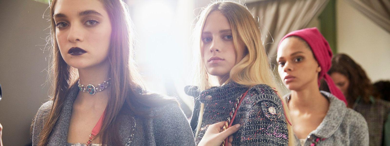 Eingewebte Glitzerfäden verleihen Tweed-Jacken in schlichten Grauschattierungeneine eine gehörige Portion Glamour.
