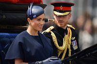 Meghan, Herzogin von Sussex, fährt neben Prinz Harry in einer Kutsche zur Horse Guards Parade in der Nähe des Buckingham-Palastes.