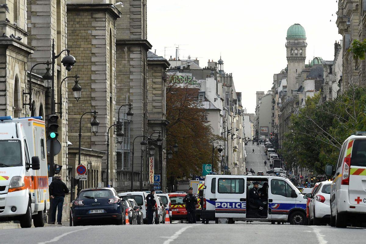 A zona policiada após o ataque.