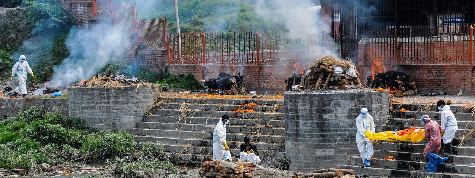 Am Ufer des Flusses Bagmati in Kathmandu werden zunehmend auch Corona-Opfer kremiert.