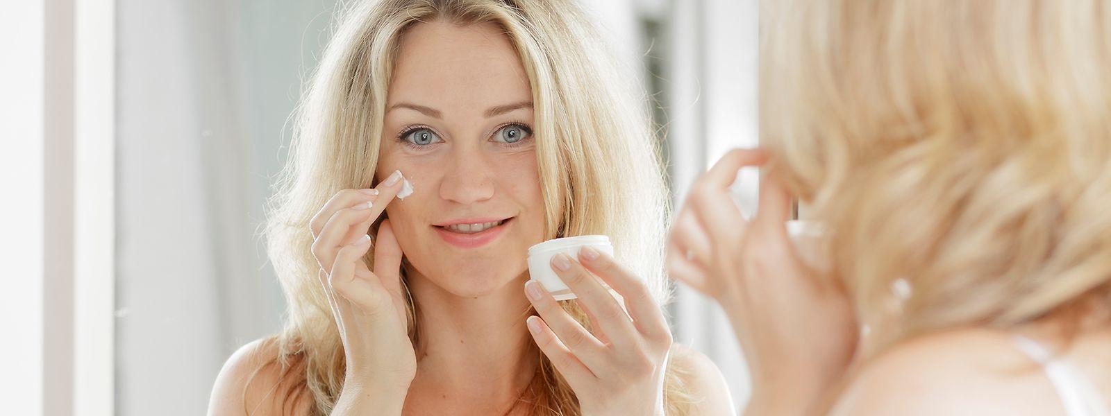 Welche Creme ins Gesicht kommt, hängt nicht nur vom Hauttyp ab: Auch die Tages- und Jahreszeit gibt vor, welche Wirkstoffe wichtig sind.