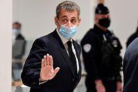26.11.2020, Frankreich, Paris: Nicolas Sarkozy, ehemaliger Pr�sident von Frankreich, verl�sst mit Mund-Nasen-Schutz den Gerichtssaal. Frankreichs ehemaliger Pr�sident Sarkozy steht wegen vermuteter Bestechung und unerlaubter Einflussnahme in Paris vor Gericht. Foto: Bertrand Guay/AFP/dpa +++ dpa-Bildfunk +++