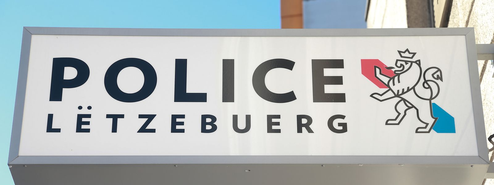 Die Polizei sucht flüchtige Täter.