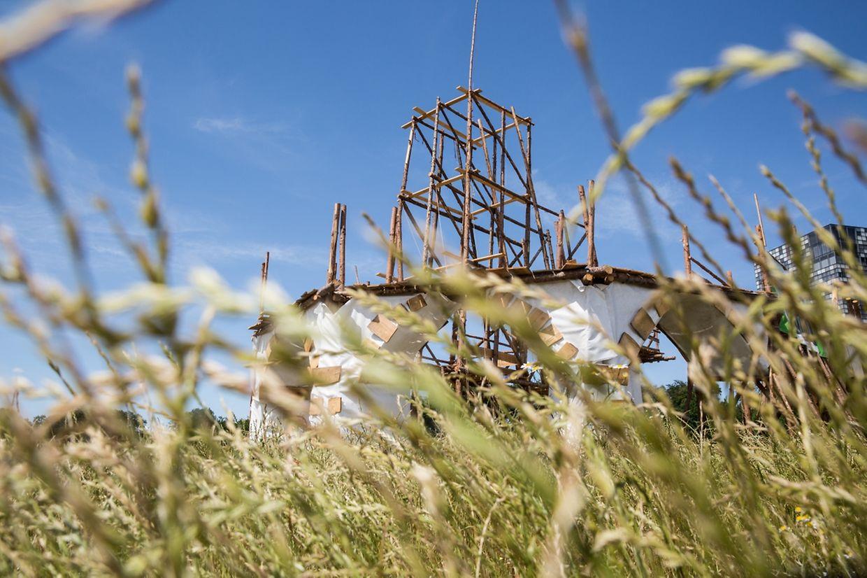 """Das Tor zur Zeltstadt soll an """"Luxemburg, Stadt der Brücken"""" erinnern. Nach der Fertigstellung wird man die Konturen der """"Rout Bréck"""" und der """"Nei Bréck"""" erkennen können. Noch bleibt viel zu tun."""