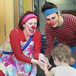 Improvisation: Die Clowns gehen auf die jeweilige Situation ein, ob bei Kindern im Krankenhaus, bei Senioren im Pflegeheim oder bei schwer kranken Kindern zu Hause.