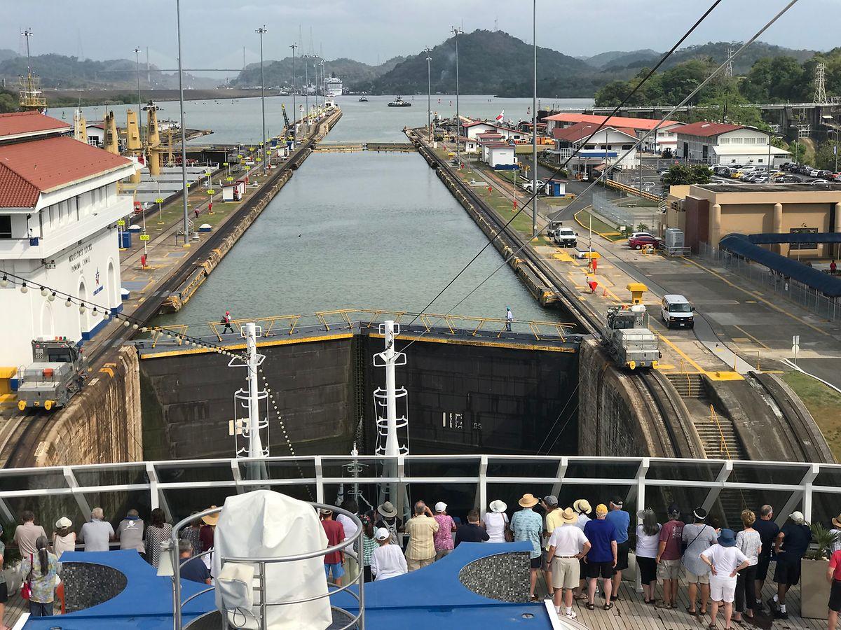 Faszination pur: Das riesige Kreuzfahrtschiff musste mit Hilfe der Schleusen auf dem Weg durch den Panamakanal einige Höhenmeter überwinden.