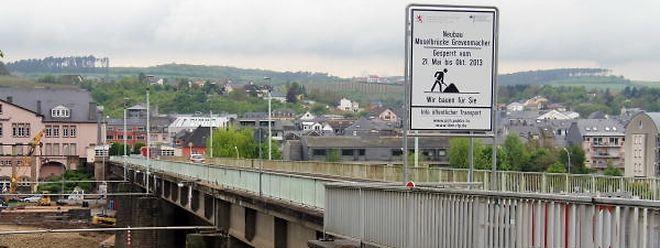 Die alte Brücke wird durch ein neues Bauwerk ersetzt.
