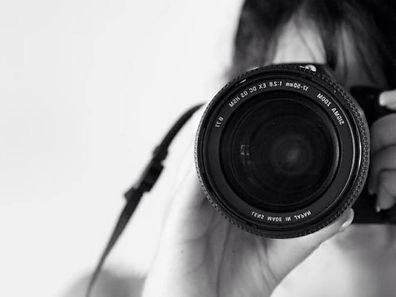 Véronique est prête à passer devant l'objectif pour les besoins de son projet photo.