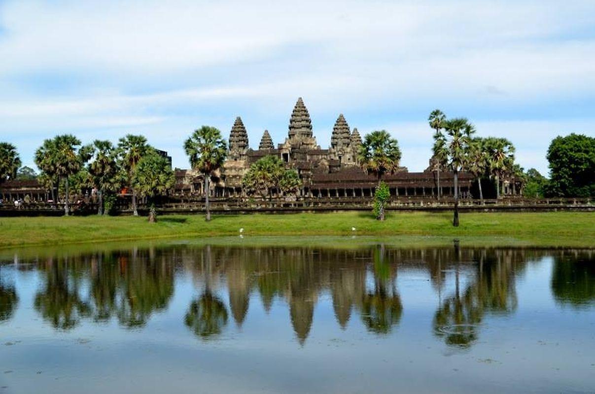 Les reflets des tours en lotus d'Angkor Vat dans l'enceinte du temple noyée en cette période