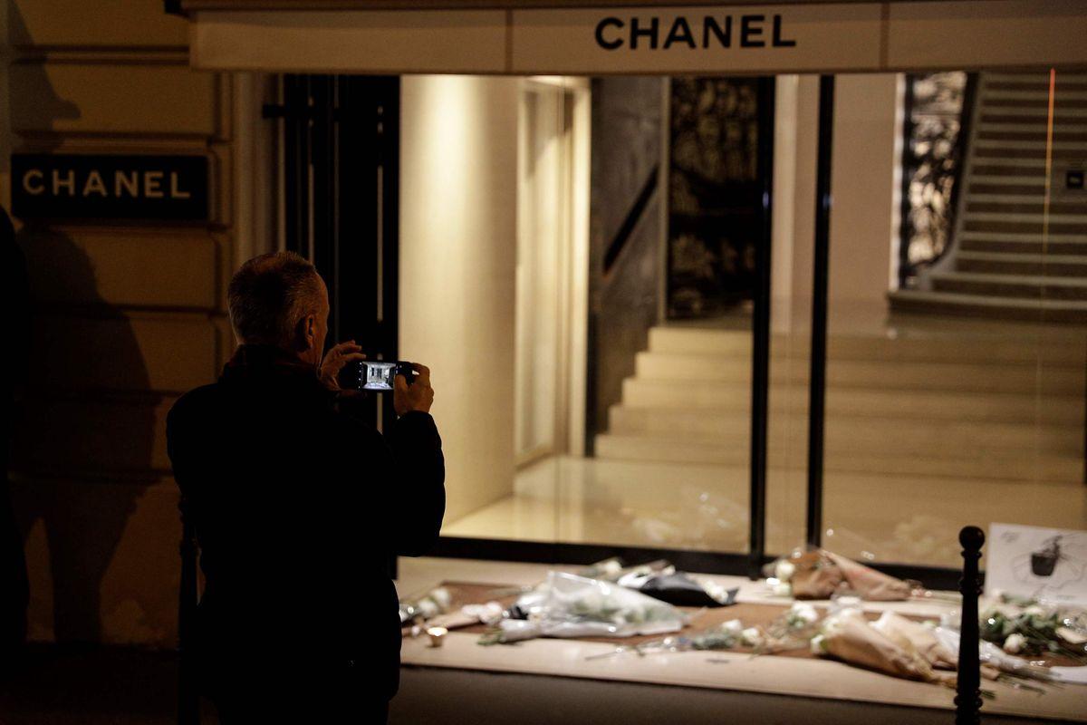 Vor dem Chanel-Haus in Paris wurden Blumen zu Ehren von Karl Lagerfeld niedergelegt.