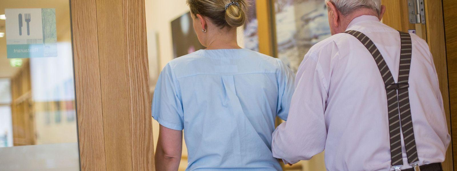 Die Regierung hat eine Reihe von Verbesserungen bei den Pflegedienstleistungen beschlossen.