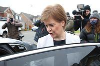 22.03.2021, Großbritannien, Glasgow: Nicola Sturgeon, Erste Ministerin von Schottland, steigt in ein Auto vor ihrem Haus. Sturgeon muss sich einem Misstrauensantrag stellen. Die Abstimmung ist für diesen Dienstag, den 23.03,21, im Parlament geplant.  Hintergrund ist eine Affäre um Sturgeons Vorgänger Salmond. Salmond war vor rund einem Jahr von Vorwürfen der versuchten Vergewaltigung und der sexuellen Belästigung freigesprochen worden. Foto: Andrew Milligan/PA Wire/dpa +++ dpa-Bildfunk +++