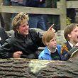 """Diana wollte ihren Söhnen William und Harry ein ganz """"normales"""" Leben abseits des königlichen Hofes bieten. Deshalb unternahm sie mit den beiden zahlreiche Ausflüge in Erlebnisparks."""