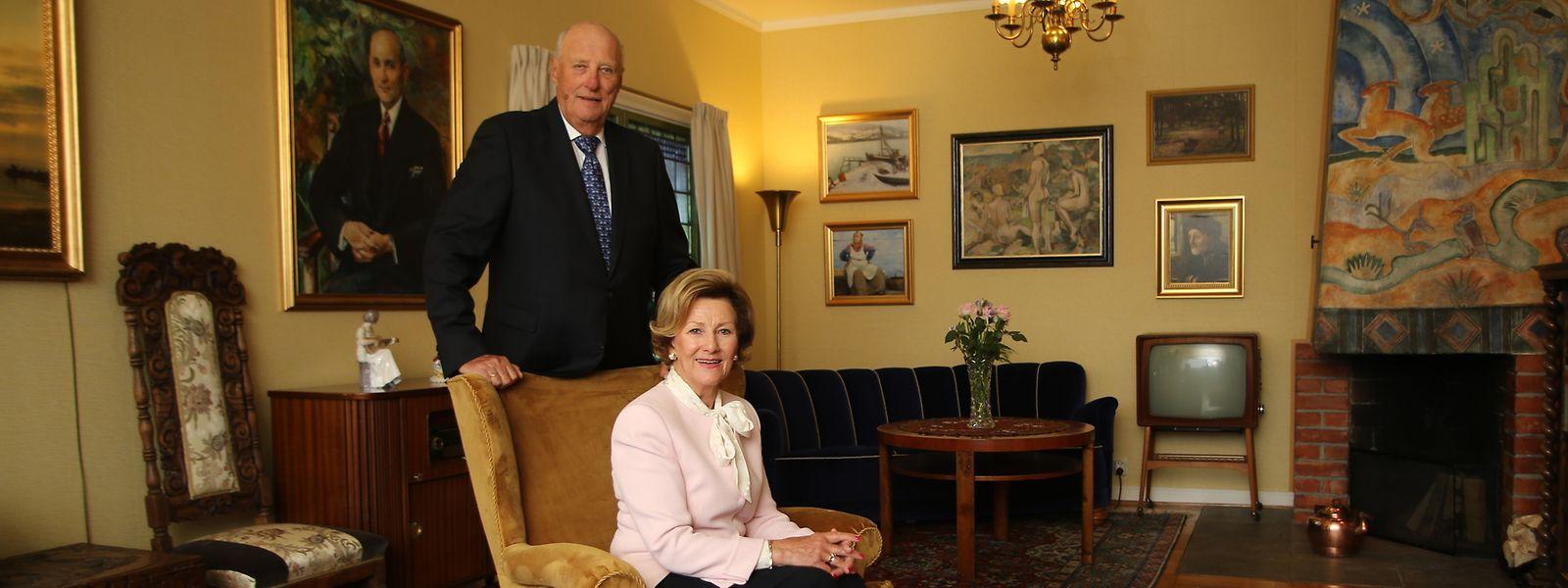 König Harald und Königin Sonja bei der Eröffnung des neuen Highlights im Freilichtmuseum Maihaugen in Lillehammer: Das Elternhaus der Königin wurde von Oslo dorthin versetzt.
