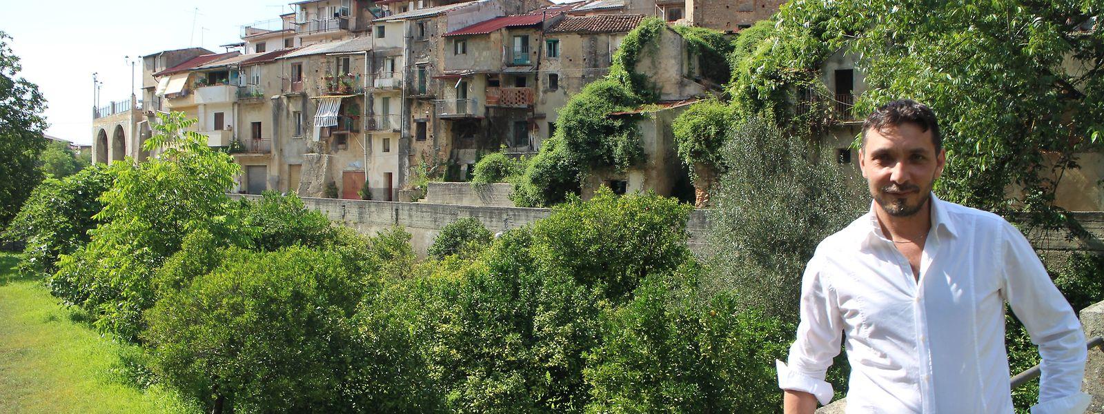 Michele Conia, Bürgermeister von Cinquefrondi, vor einer Zeile von Häusern, die für einen Euro einen Käufer suchen.