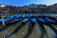 TOPSHOT - A view shows clear waters by gondolas in Venice's Grand Canal on March 18, 2020 as a result of the stoppage of motorboat traffic, following the country's lockdown within the new coronavirus crisis. (Photo by ANDREA PATTARO / AFP)