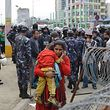 Epuisées par les répliques et désireuses de quitter la capitale, des milliers de personnes épuisées s'étaient rassemblées avant l'aube à la gare routière pour monter à bord d'un des bus spéciaux promis par le gouvernement.
