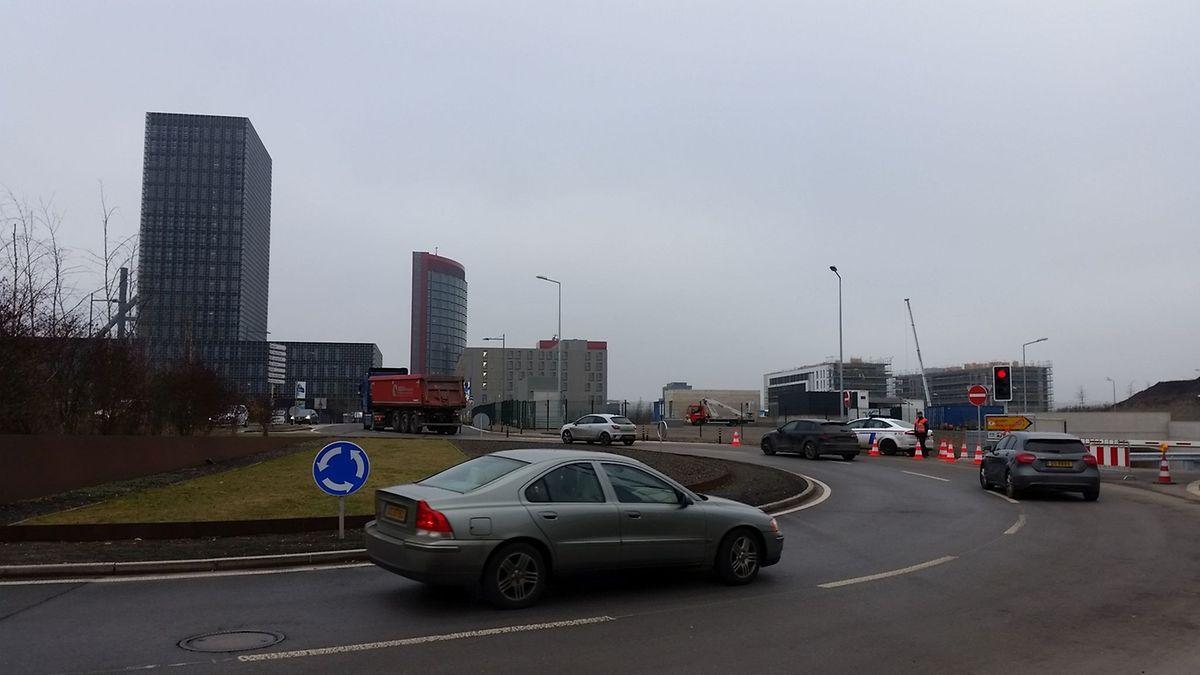 La sortie du tunnel débouche sur le rond-point situé au pied de la tour rouge de la RBC Dexia et de la Maison du Savoir à Belval. Une sortie «provisoire» pour au moins trois ans.