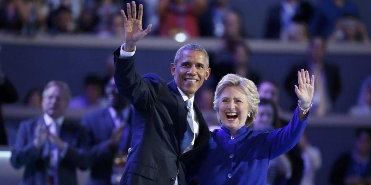 Barack Obama et Hillary Clinton sur scène après le discours du président à la convention du parti démocrate, à Philadelphie, le 27 juillet 2016.