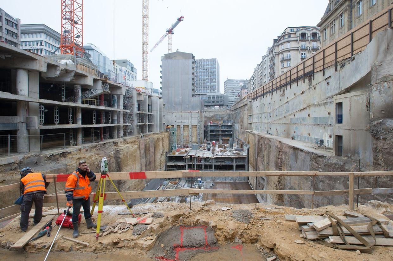 """Ein Blick auf die Großbaustelle. Links befindet sich ein Teil des ehemaligen Parkhauses, ganz hinten links das Haus auf Nummer 49, Bd. Royal, das nicht Teil des """"Royal-Hamilius""""-Komplexes wird, hinten rechts die Rue Aldringen und rechts oben das Postgebäude."""