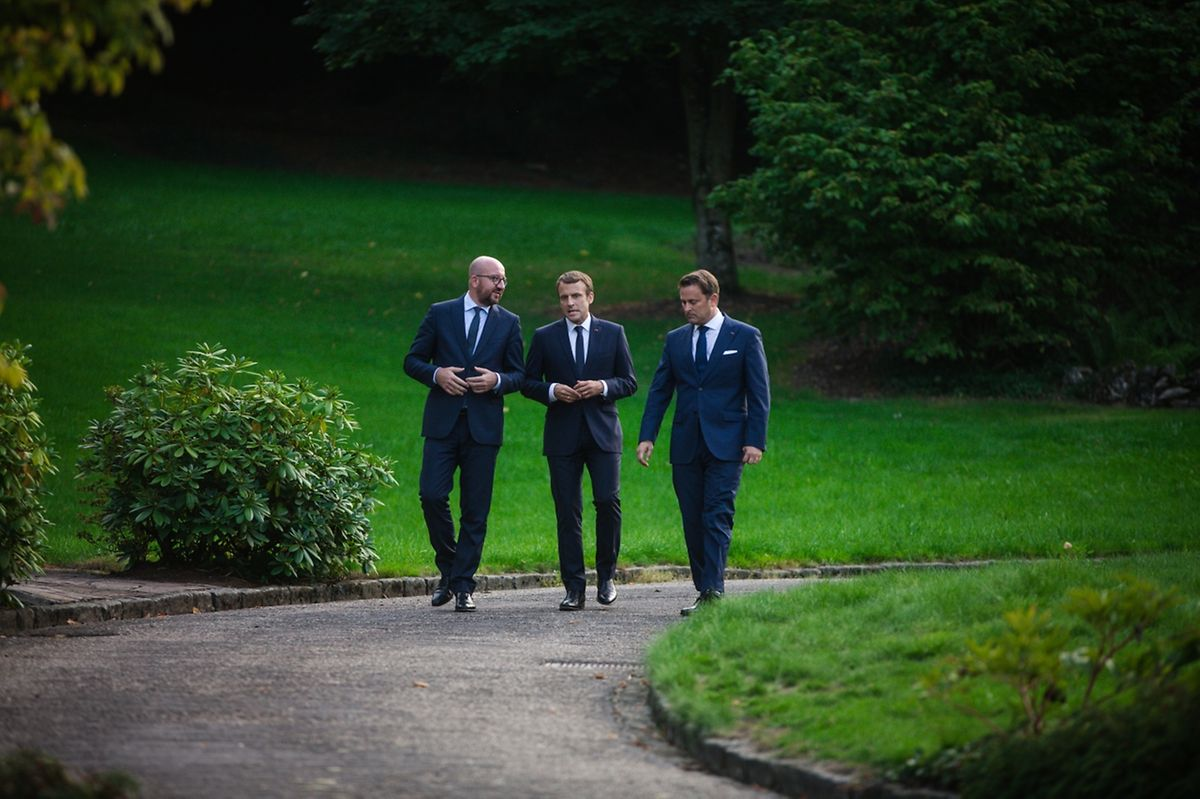 Der belgische Premier Charles Michel, der französische Präsident Emmanuel Macron und der luxemburgische Premier Xavier Bettel bei ihren Gesprächen im Garten von Schloss Senningen.