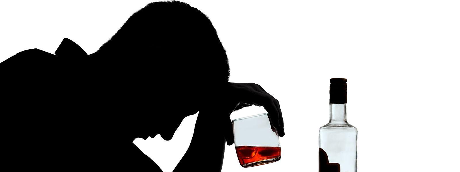 Wer beobachtet, dass ein Angehöriger oder Freund viel trinkt, sollte das unbedingt thematisieren.