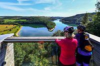 Vakanz Doheem - Besucher auf der Aussichtsplattform Belvédère Burfelt im Naturpark Obersauer - Foto: Serge Waldbillig
