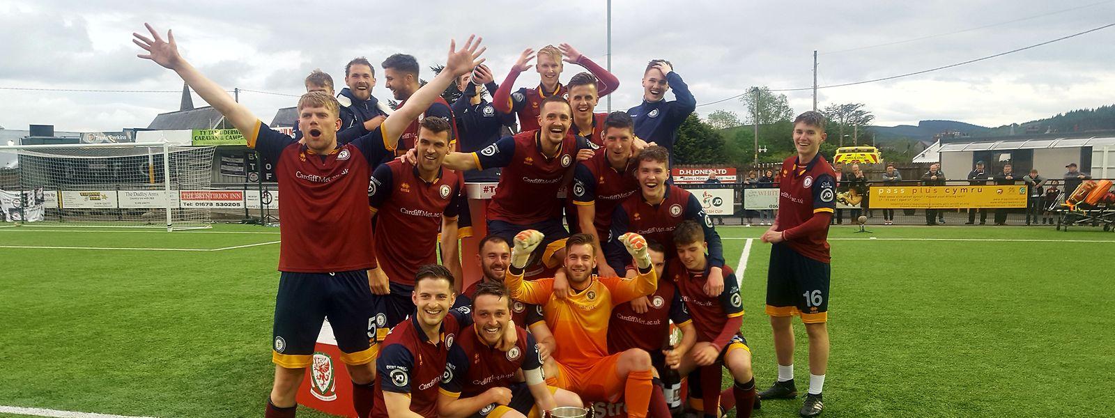 Mit dem Sieg im Elfmeterschießen gegen Bala Town feiert das Team der Cardiff Metropolitan University seinen größten Erfolg.