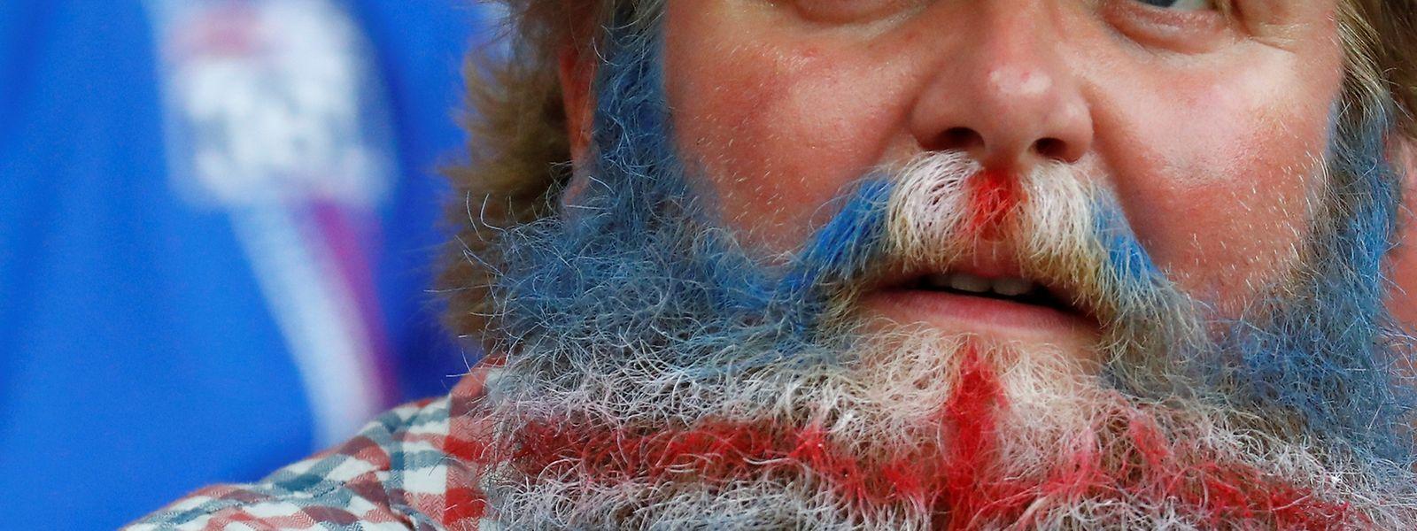 Haarige Flagge: Die isländischen Fans feiern ihr Team mit allem, was sie haben.