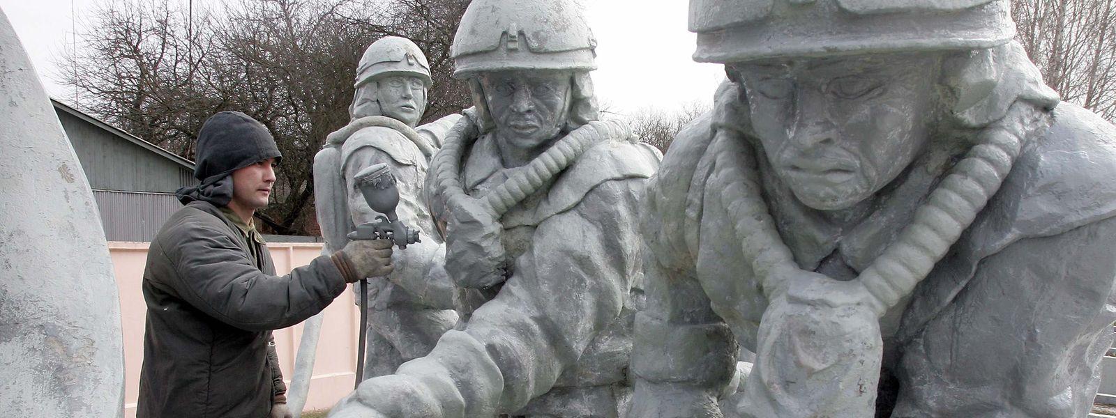 Non loin de la centrale nucléaire, un monument rend hommage aux curateurs qui sont intervenus en premier sur le site sans les protections de rigueur à l'époque.