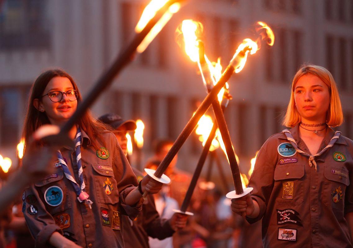 Dans le cortège, les sapeurs-pompiers côtoient les scouts et une multitude d'associations locales
