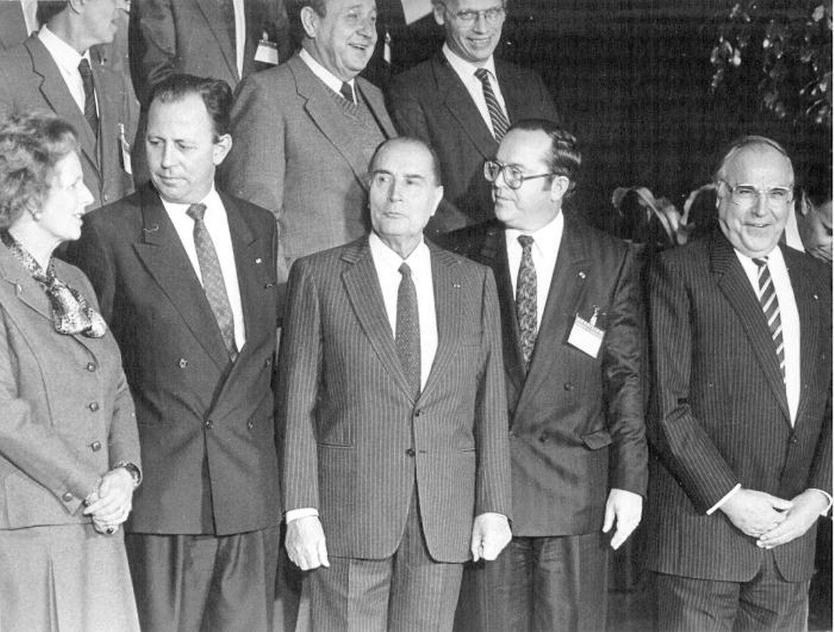 Entouré par Margaret Thatcher, François Mitterrand, Wilfried Martens et Helmut Kohl, le Premier ministre, Jacques Santer, a dû passer des heures à convaincre