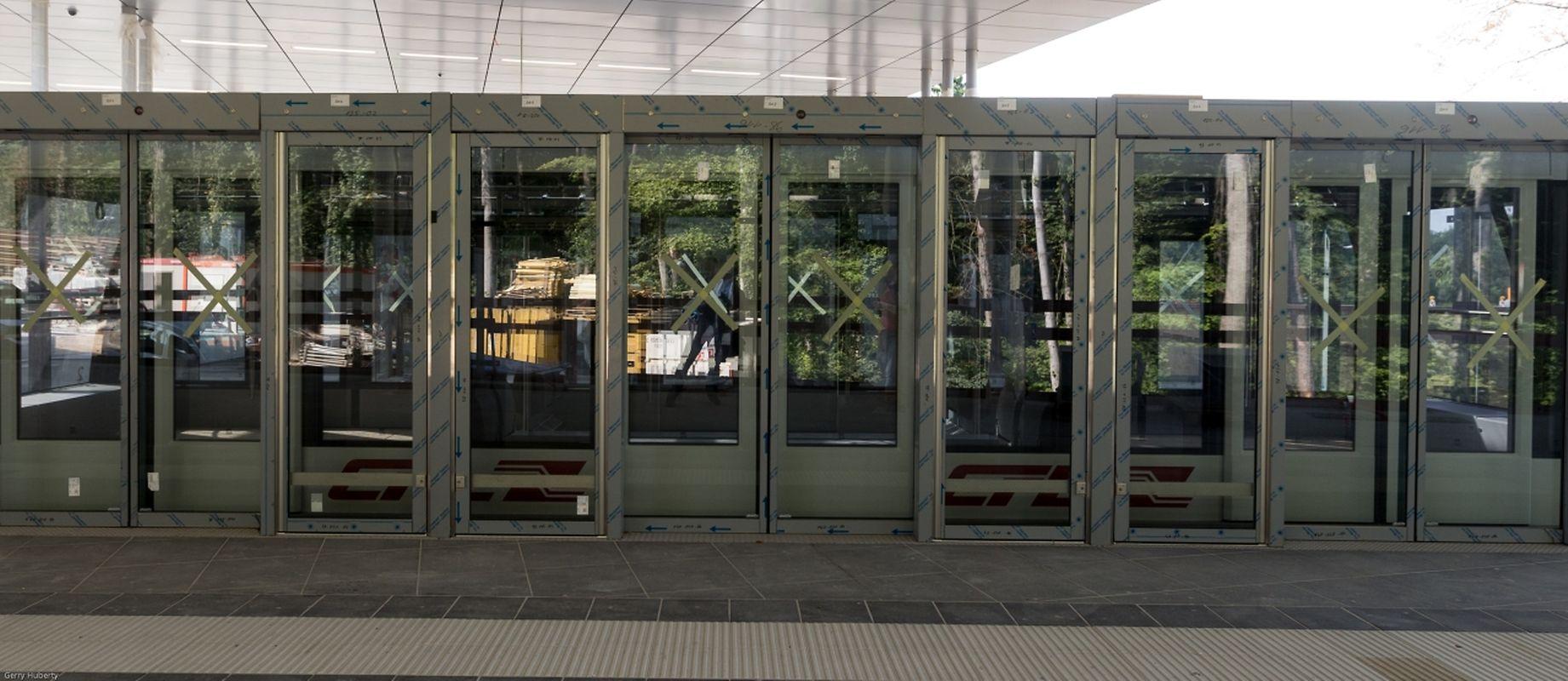 Une cabine à l'arrêt dans la gare, les portes s'ouvrent automatiquement
