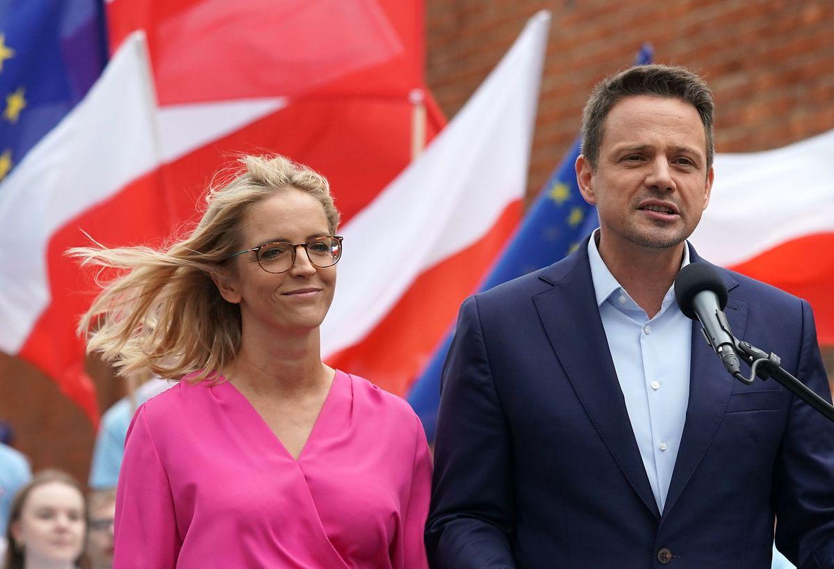 Rafal Trzaskowski (auf dem Foto mit seiner Ehefrau Malgorzata) ist der politische Rivale von Duda.
